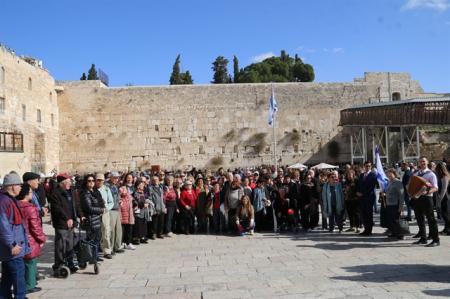 בר ובת מצווה לניצולי השואה מראשון לציון בכותל המערבי