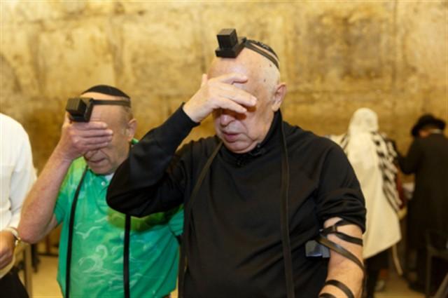 זוג קשישים  מאוקראיינה הגיעו השבוע לביקור מרגש בכותל המערבי. השניים חלמו כל חייהם להגיע להתפלל בכותל המערבי.