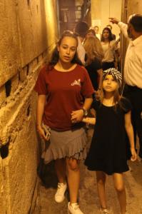 אמבולנס של עזר מציון עם ילדה בת 12 בכותל המערבי
