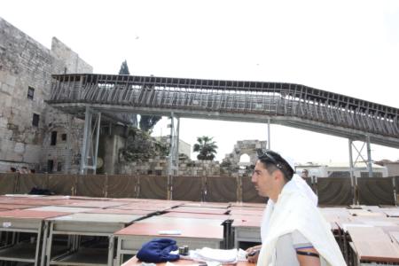 שחקני מכבי תל אביב בתפילה בכותל המערבי
