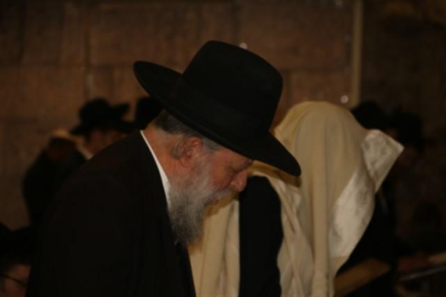 הרב יגאל רוזן ראש ישיבת אור ישראל ותלמידיו בתפילה בכותל המערבי      הקרן למורשת הכותל