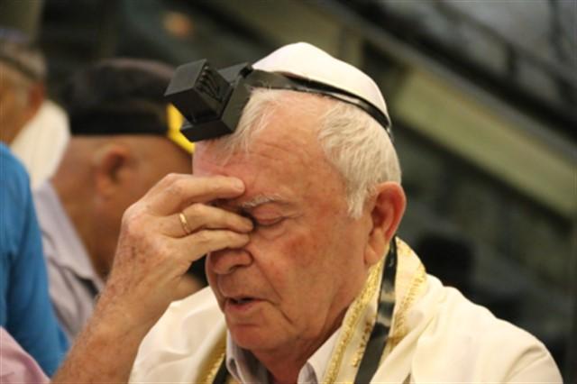 בר ובת מצווה לניצולי השואה מיוקנעם בכותל המערבי