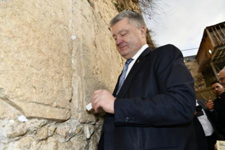 נשיא אוקריאנה H.E. Mr.Petro Poroshenko הגיע היום לביקור מרגש בכותל המערבי. בליווי רב הכותל הוא אמר תהילים ושם פתק בין אבני הכותל