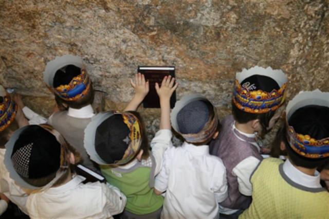 מסיבת סידור בכותל המערבי לתלמודי התורה עץ החיים מביתר עילית ושערי דעת מירושלים כיתה א