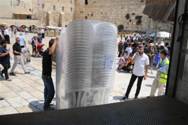 הקרן למורשת הכותל רכשה אלף כסאות חדשים לטובת הבאים לכותל המערבי