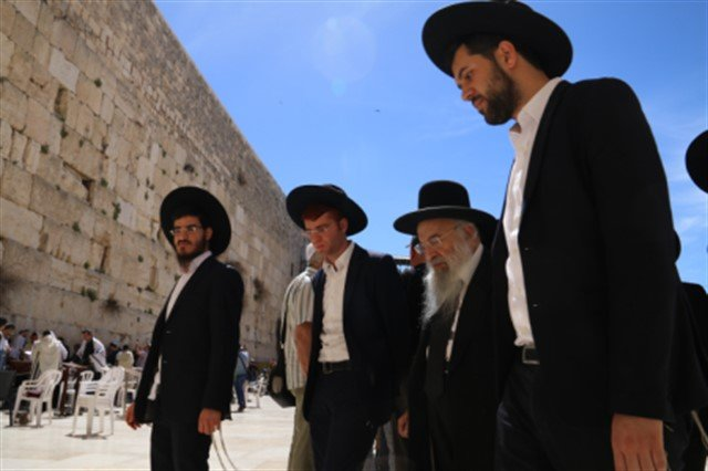 הרב אליהו סופר ראש ישיבת רכסים ותלמידיו בתפילה בכותל המערבי   הקרן למורשת הכותל