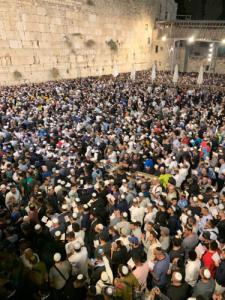 70,000 איש בעצרת סליחות הלילה ברחבת הכותל המערבי