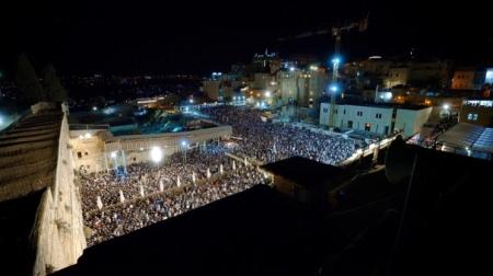 הלילה פקדו את רחבת הכותל המערבי כ-70,000 איש במעמד אמירת הסליחות