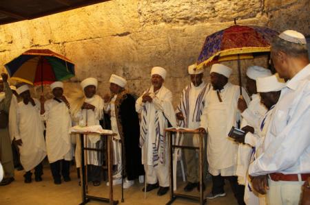 כ 100 נציגים מהעדה האתיופית הגיעו הבוקר לתפילה בכותל המערבי לשלום עדתם