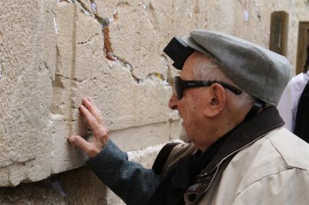 בר מצווה לניצול השואה בן המאה בכותל המערבי