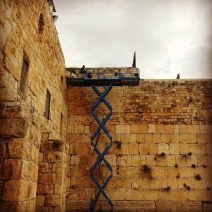 לקראת חג הפסח נערכה בדיקה תקופתית מקיפה של יציבות אבני הכותל המערבי, והוסרו חלקי אבן וטיח מבין אבני הכותל.