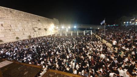 הלילה אלפים בסליחות בכותל המערבי במעמד המרכזי הראשון