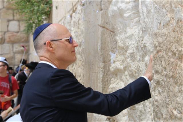 מושל פלורידה בביקור בכותל המערבי לקראת פתיחת השגרירות האמריקאית בירושלים