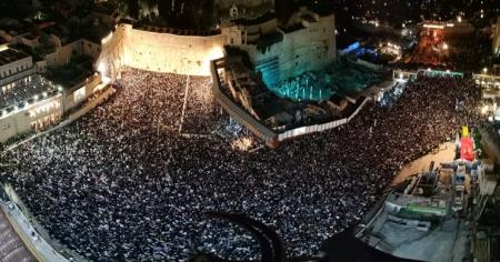 למעלה מ 100,000 איש אמש בסליחות המרכזיות ברחבת הכותל המערבי וכמיליון וחצי איש פקדו בימי חודש אלול ובין כסה לעשור את רחבת הכותל המערבי.