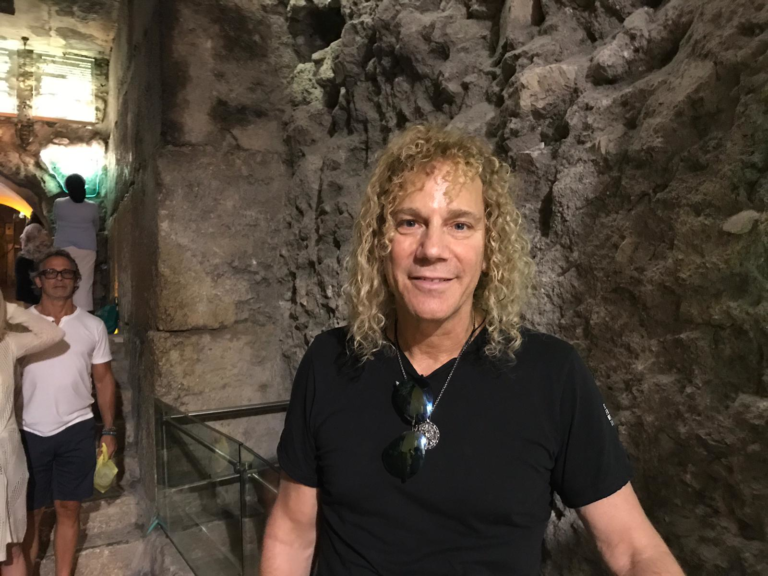 דיוויד בריאן הקלידן היהודי של בון ג'ובי בסיור במנהרות הכותל המערבי