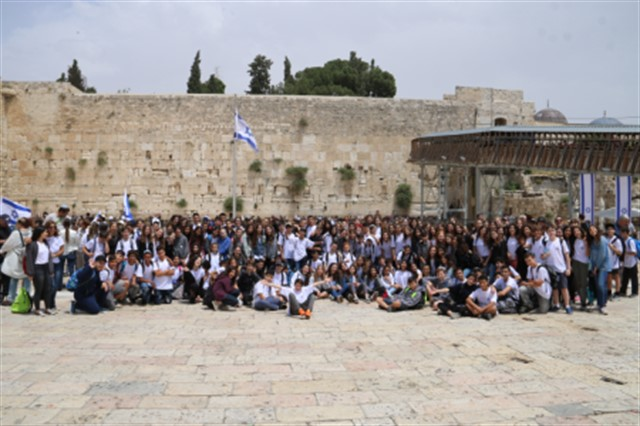 כיתות ז מבית הספר הדסים מאור יהודה בכותל המערבי