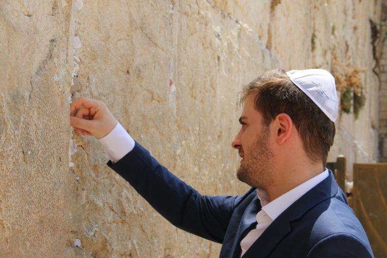בביקורו הראשון בישראל הגיע שר החוץ של אלבניה Mr. Cent Cakaj לסיור מרגש בכותל ואמר כי הוא חש את קדושת המקום, וכי מדינתו תמשיך לתמוך בישראל.