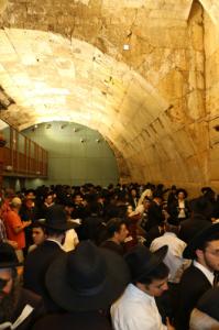 עשרות אלפי מתפללים הגיעו היום לכותל המערבי לאמירת יום כיפור קטן לקראת חודש אלול- הרחמים והסליחות.
