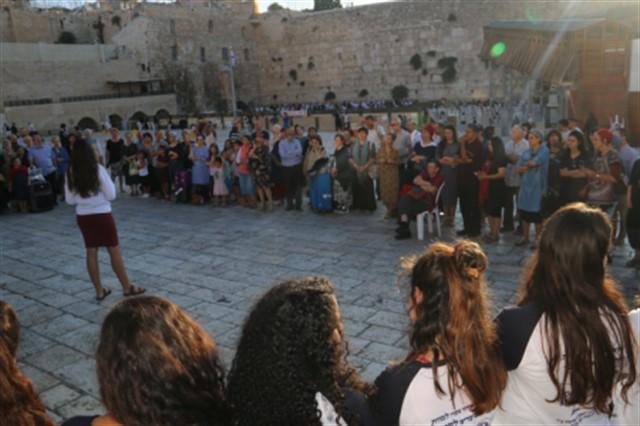 חזרה לארץ ישראל מהמסע לפולין אולפנת כפר פינס בכותל המערבי