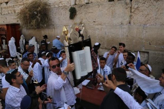 70 נערים ונערות משעלבים חגגו  בר ובת מצווה בכותל