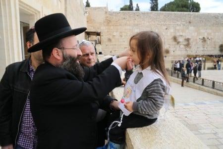 הצנחן לשעבר יצחק יפעת חגג לנכדו טקס חלאקה בכותל המערבי