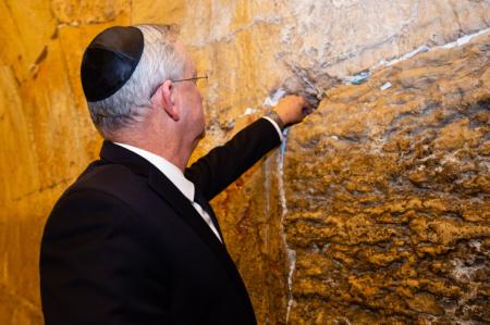 ראש הממשלה החלופי ושר הבטחון מר בני גנץ בתפילה בכותל המערבי לאחר השבעת הכנסת