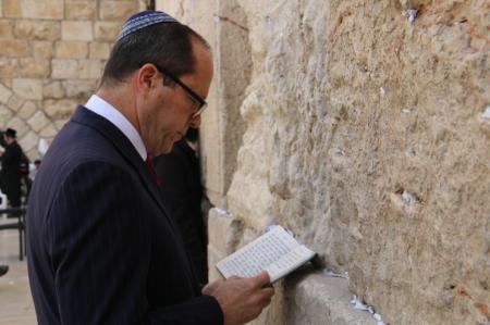 חבר הכנסת ניר ברקת בתפילה הבוקר בכותל המערבי