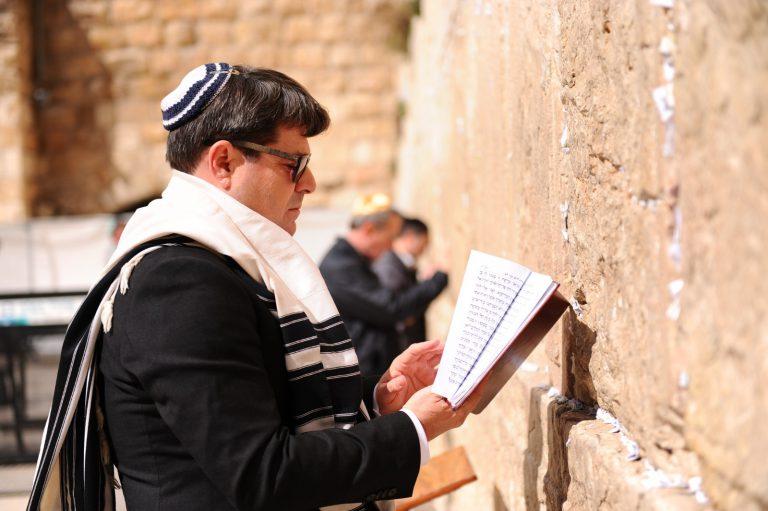 אופיר אקוניס בתפילה בכותל המערבי