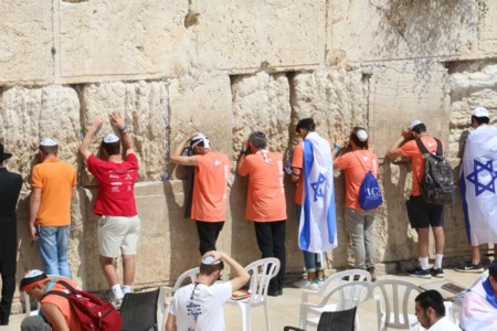 Thousands of youth from around the world arrived on Independence Day at the Western Wall
