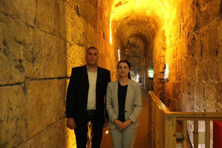שגרירת קוסובו הנכנסת הגברת אינס דמירי בביקור במנהרות הכותל