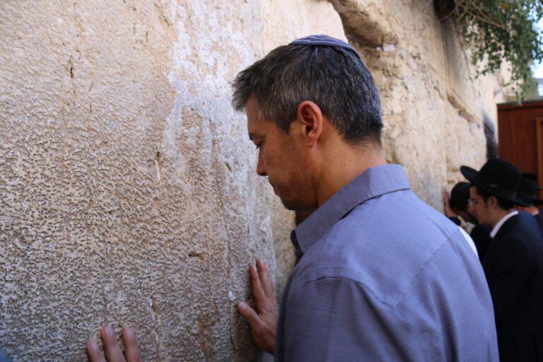 שר התקשורת מר יועז הנדל בתפילה ברחבת הכותל המערבי, הבוקר (א) תשעה באב