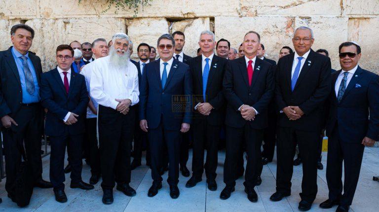 President of Honduras visits the Western Wall